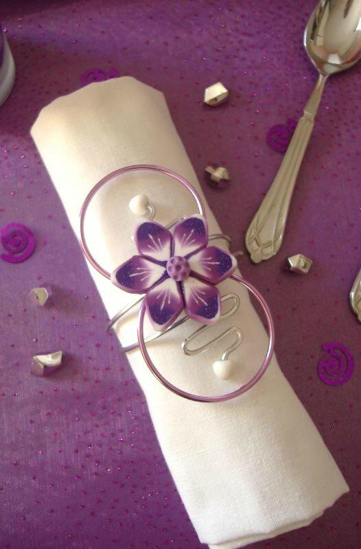 Rond De Serviette Roseviolet Et Blanc Fleur Sur Fil