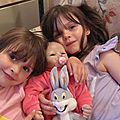 Julie avec ses deux grandes nièces