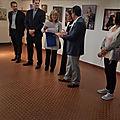 Michèle MEIGNIEN reçoit des mains de Monsieur le Maire le diplôme d'honneur pour les Contemporains