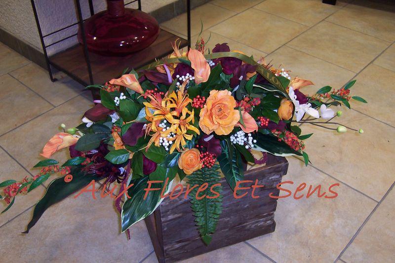 Coussin long de fleurs artificielles