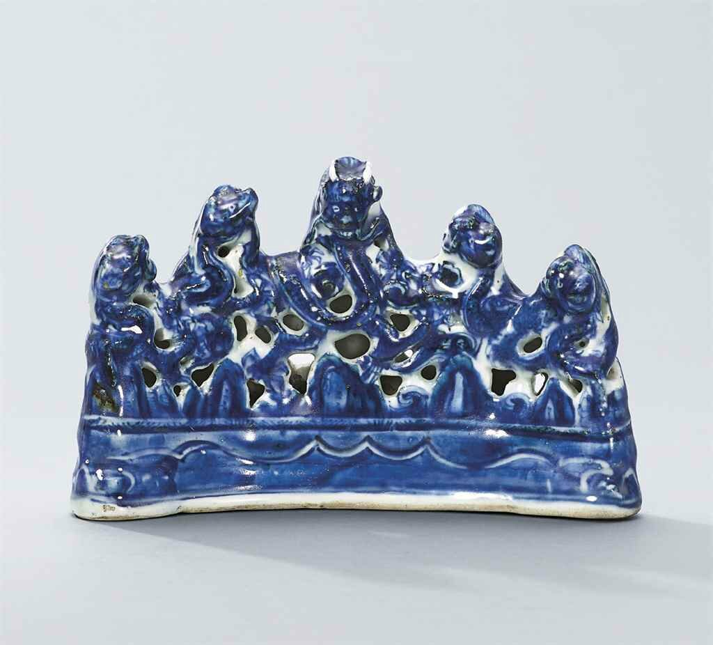 A blue and white 'dragon' brush rest, Wanli six-character in a line within a double rectangle and of the period (1573-1619)