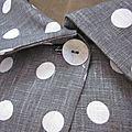 Veste BLANCHE en lin gris à pois blancs fermée par un bouton de nacre (6)