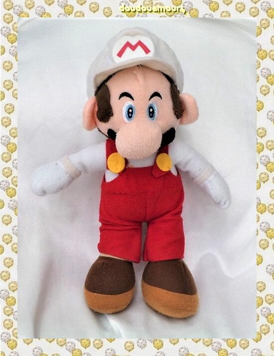 Peluche Doudou Mario Casquette Blanche Salopette Super Mario Bros Nintendo 30 cm