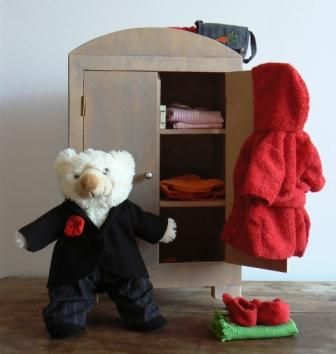 armoire pour v tements de poup es tutoriel gratuit v tements de poup es et peluches. Black Bedroom Furniture Sets. Home Design Ideas