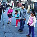jugando a fuera en la calle Lautaro