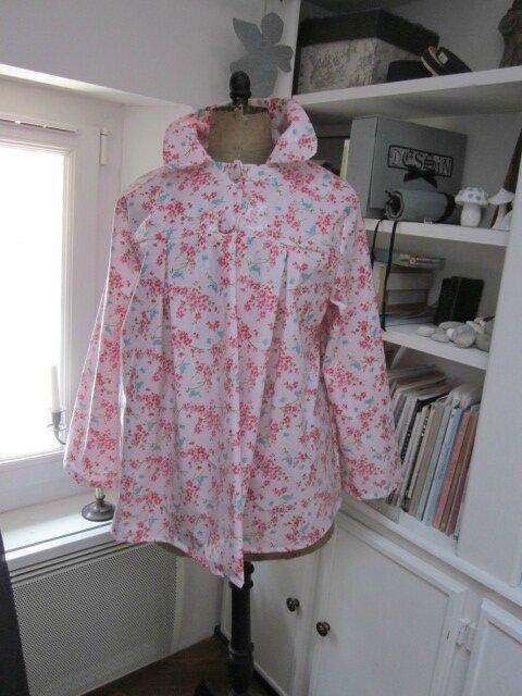 Ciré AGLAE, version court, en coton enduit rose imprimé fleurs fushia et oiseaux bleus, fermé par pression dissimulés sous des boutons recouverts (2)