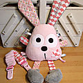 lapin_rose_clair_gris_attache_doudou__1_
