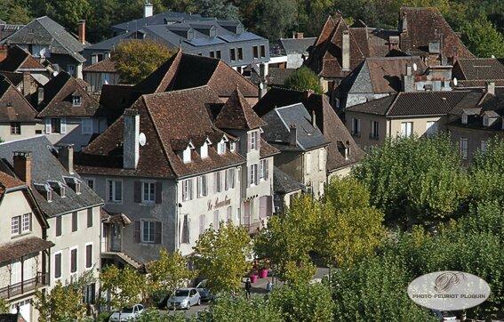 BEAULIEU_SUR_DORDOGNE_vue_du_sud_l_hotel_restaurant_Le_Beaulieu_place_du_Champ_de_Mars