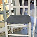 Petite chaise d'enfant avec assise en tissu...