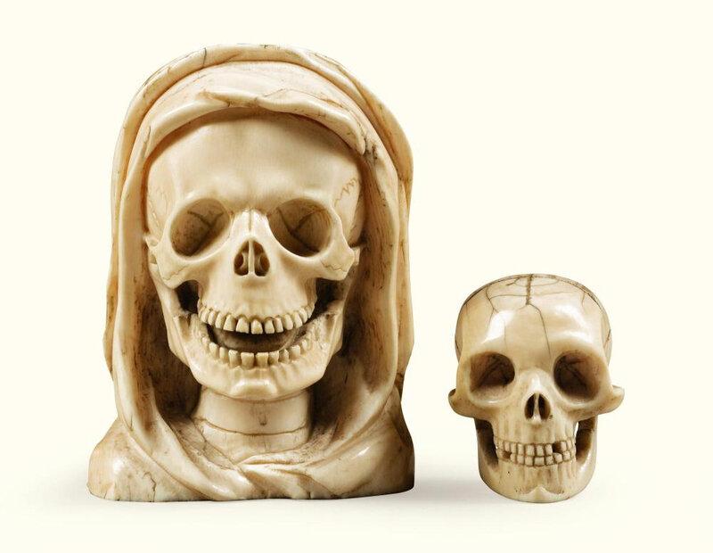 Petit crâne et memento mori entouré d'un linceul en ivoire d'éléphant, probablement France, XVIIe-XVIIIe siècle, et Allemagne du Sud, XIXe siècle