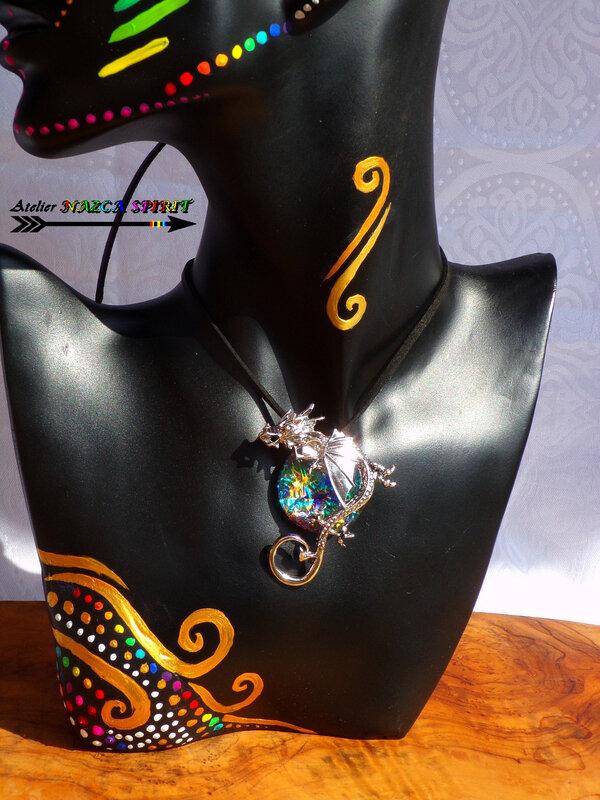 Collier réglable Pendentif dragon et cabochon verre rond loupe coloration artisanale multicolore iridescent 2 OK
