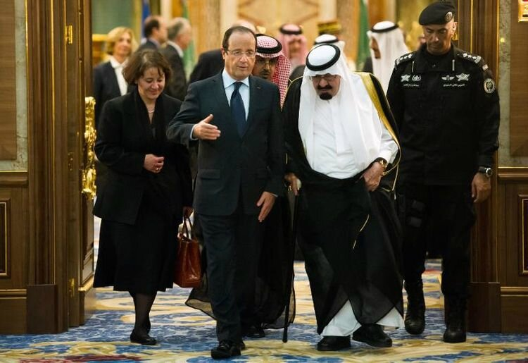 607787-francois-hollande-recu-par-le-roi-abdallah-le-4-novembre-2012-a-jeddah