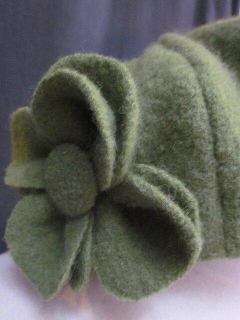 Chapeau AGATHE en laine bouillie vert olive - Doublure de coton écru imprimé fleurs bleues et vertes - taille 60 (2)