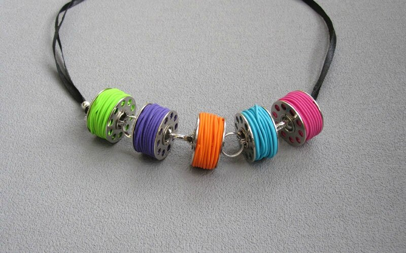 Collier canettes multicolores 25 €