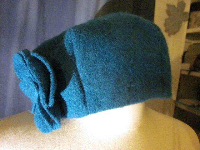 Chapeau AGATHE en laine bouillie bleu pétrole avec fleur - doublure de lin noire - taille 58 (3)