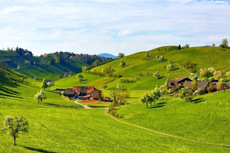 wiosna-domy-wzgorza-dolina-aki-wies