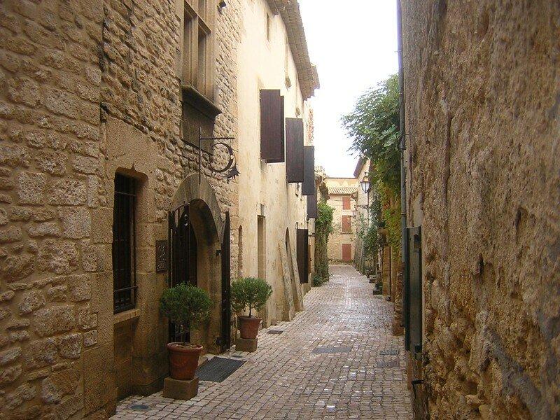 CASTILLON-DU-GARD Une rue du village