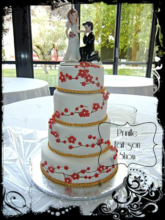 gateau mariage fleurs rouge et or prunillefee