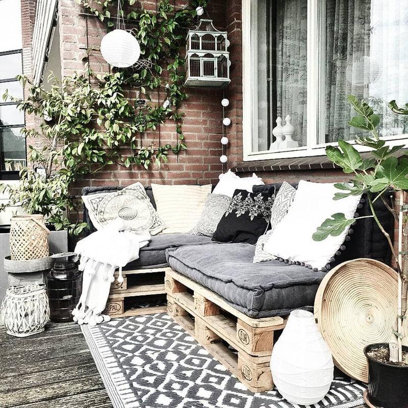 une-ribambelle-de-coussins-assure-une-atmosphere-cocooning-sur-le-balcon_6111571