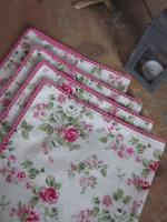 Set de 4 serviette de table 40X40 en coton écru fleuri rose, bordé de dentelle de coton rose vif (1)