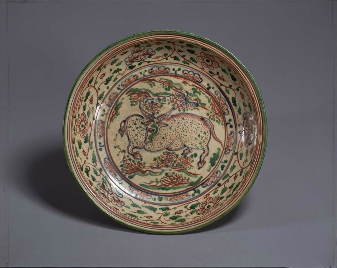 Plate Vietnam, Lê dynasty (16th century) Buffalos painted in overglaze enamels, chocolate base D