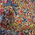 Culotte en coton fleuri rose orange vert bleu sur fond blanc - coton imprimé et lin blanc dans le dos - noeud de vichy marine devant et sur les fesses (4)