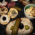 Mignardises, amuse-bouches et pain grillé aux rillettes de porc