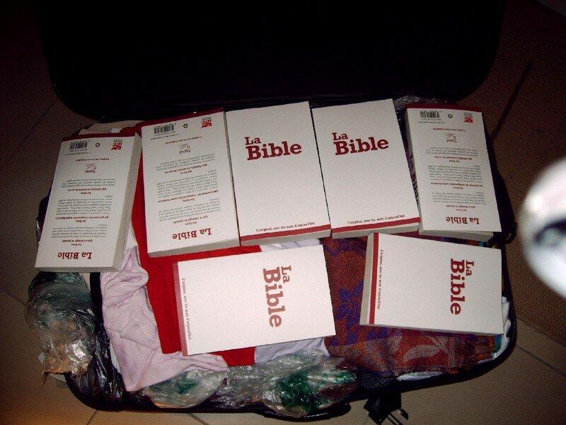 Bibles et vêtements apporté au Nom de l'Uceaf et de l'AEE