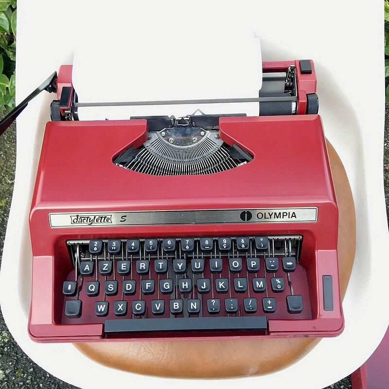 machine à écrire rouge prune vintage