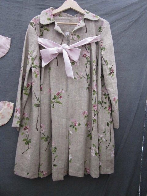 Manteau AGLAE en lin brut imprimé branches de cerisier noué d'un lien de lin rose pâle (14)