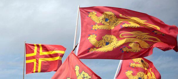 drapeaux-normands-sur-le-pont-de-normandie-10-mai-2014_4896143-modifié