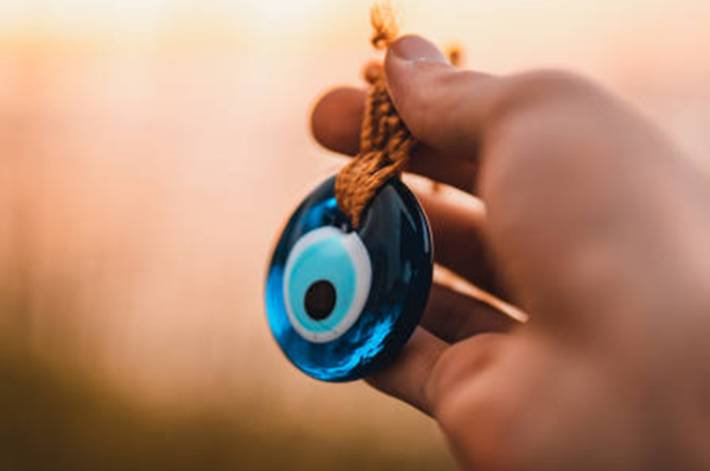 mauvais-oeil-protection-contre-mauvais-sort-oeil-bleu-turque-talisman-toutpratique