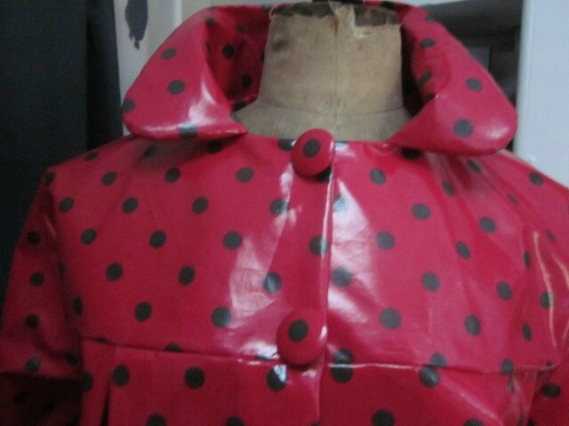 Ciré AGLAE en coton enduit rouge à pois brun fermé par 2 pressions dissimulés sous 2 boutons recouverts (5)