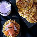 Galettes de maïs & pommes de terre au saumon fumé, sauce au yaourt citron