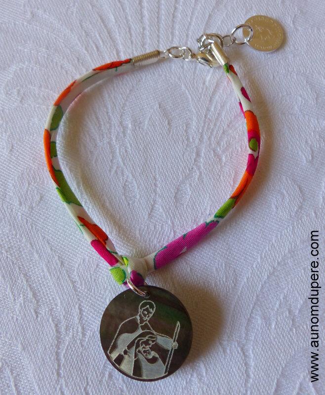 Bracelet sur ruban Betsy orange avec médaille de la Sainte Famille en nacre - 24 €