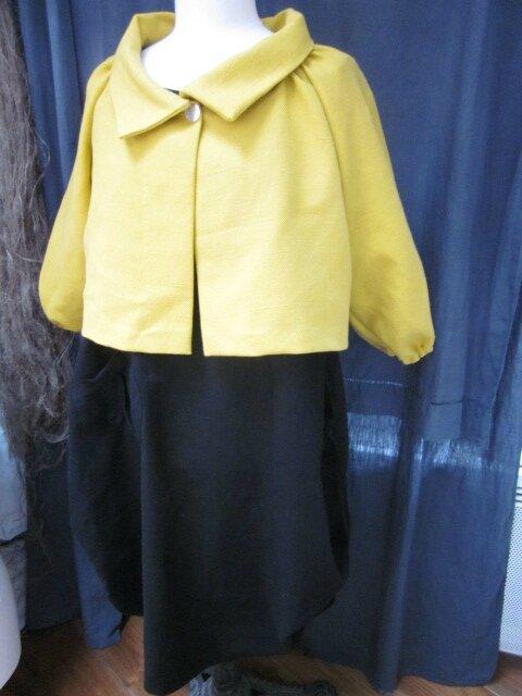 Veste BLANCHE en lin épais mais souple jaune moutarde fermée par un bouton de nacre (3)