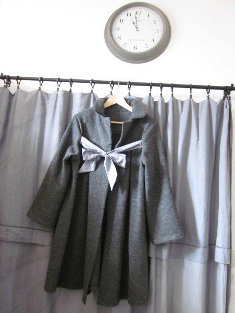Manteau en laine bouillie grise chinée noué d'un lien de coton gris à petits pois blanc (2)