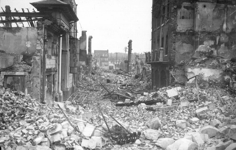 Rue-Marie-de-Besneray-à-Lisieux-après-les-bombardements-de-juin-1944