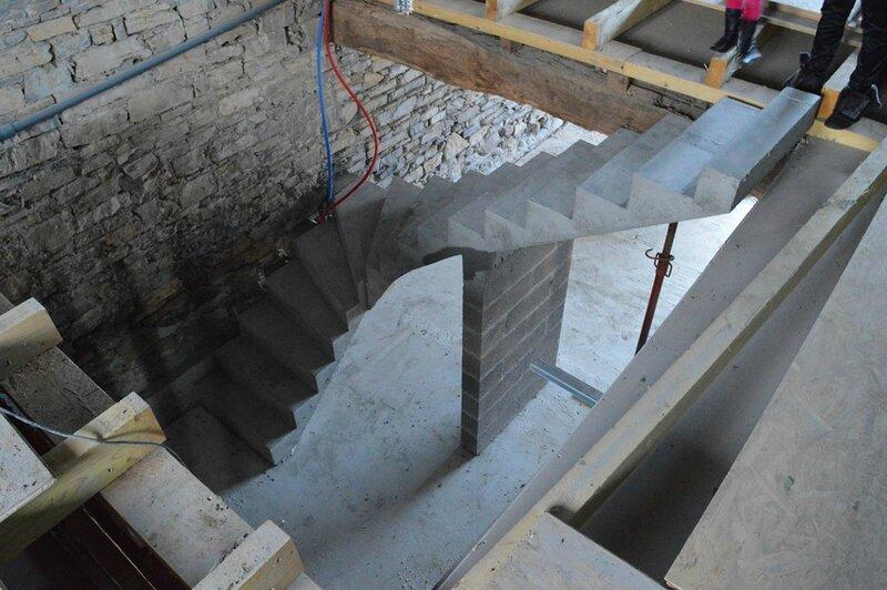 On peut voir le mur de soutien et l'escalier qui continue dans le vide