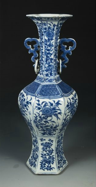 Blue and White porcelain vase with blue floral decoration, Ming dynasty © Nanjing Museum / Nomad Exhibitions