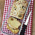 Cake salé végétarien avec du comté et des olives au poivron dedans.