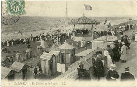14 - CABOURG - Les terrasses et la plage