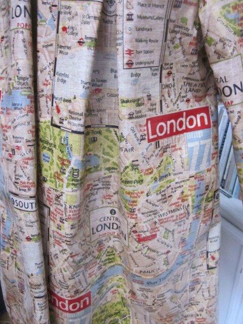Ciré AGLAE en coton enduit imprimé LONDON fermé par 2 pressions cachés par 2 boutons recouverts dans le même tissu (4)