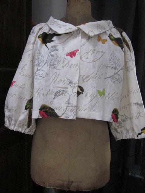 Veste BLANCHE en lin blanc cassé imprimé oiseaux fermée par un bouton de nacre (13)