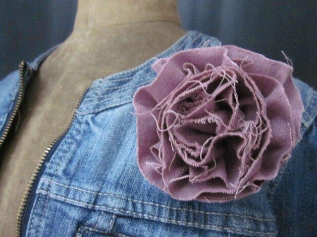 Broche fleur EVELYNE en lin rose fâné (1)