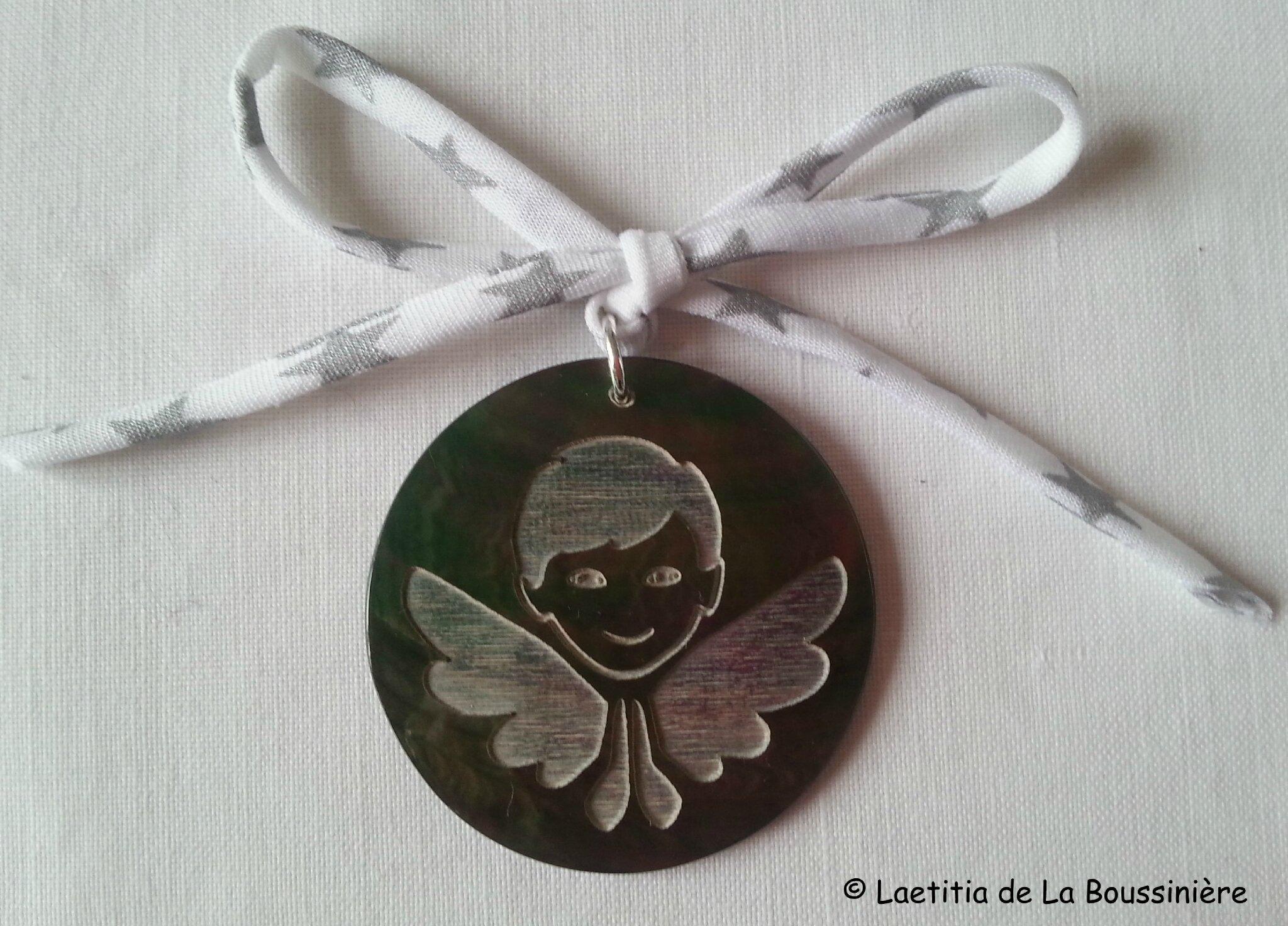 Médaillon d'ange en nacre (sur ruban fin blanc étoiles argent)