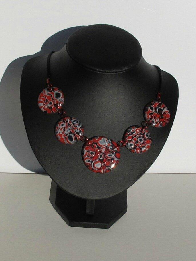 collier rond fimo rouge, noir et gris buste noir