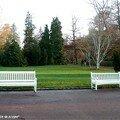 Bancs blancs dans le Parc Floral de la Source