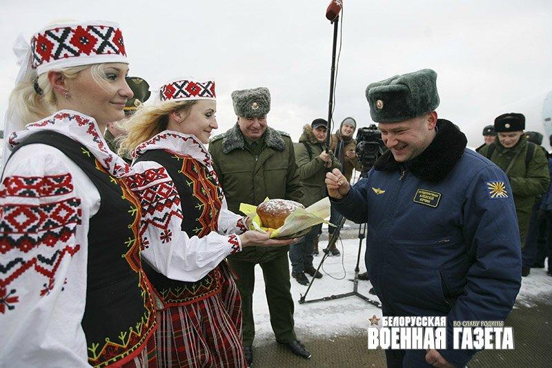 accueil traditionnel du commandant de l'escadrille russe à Baranovitchi (Bélarus)