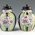 Chine. compagnie des indes. rare paire de vases boule à godrons en porcelaine décorée en émaux polychromes de la famille rose